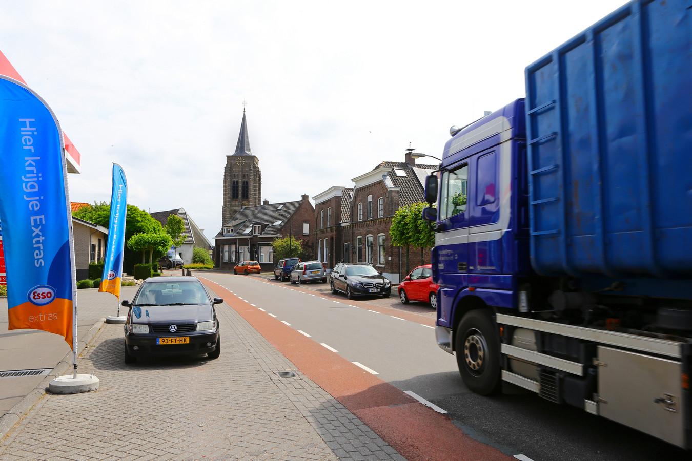 Trucks die het dorp over het smalle dijklint in en meteen weer uitrijden zijn inwoners van Groot-Ammers al lange tijd een doorn in het oog.