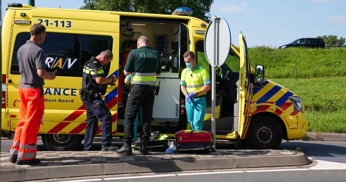 Fietser met spoed naar ziekenhuis na botsing met vrachtwagen in Rijssen.