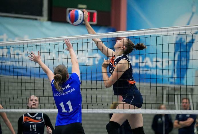 De pas 17-jarige Megan Korpershoek tikt de bal namens Next Volley Dordrecht over het blok van WIK.