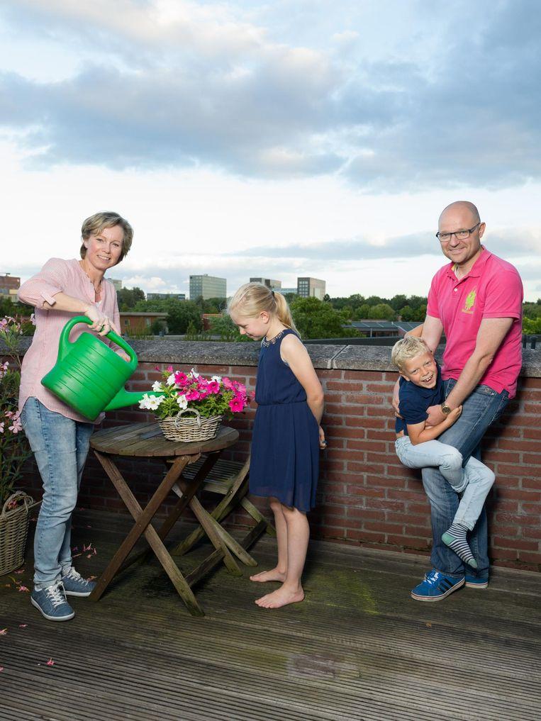 Rien Fraanje (44), Murielle (46), Maryse (10) en Marnix (8). Wonen in Nieuw-Sloten en verhuizen deze zomer naar Gouda. Beeld Ivo van der Bent