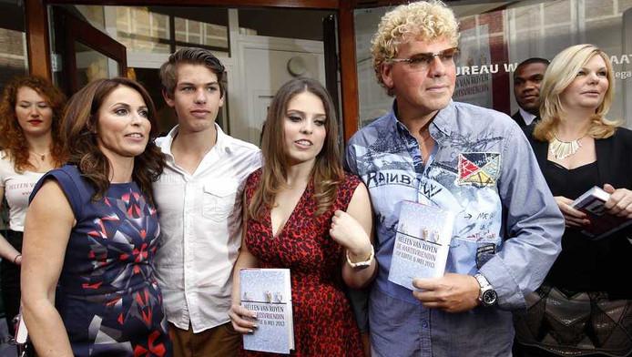 Auteur Heleen van Royen samen met haar kinderen en ex-man Ton van Royen tijdens de opening van haar eigen boekhandel en de presentatie van haar nieuwe roman De hartsvriendin