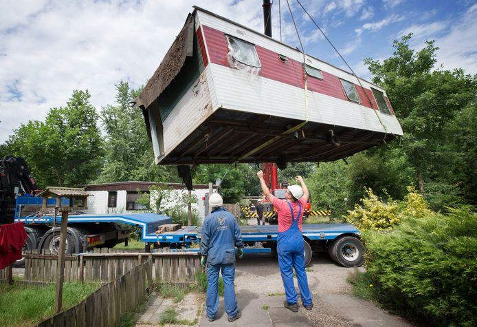 Honderden caravans en stacaravans op camping Fort Oranje werden, nadat de bewoners waren weggestuurd, op last van de gemeente Zundert in 2017 opgetakeld, op diepladers gezet en afgevoerd.
