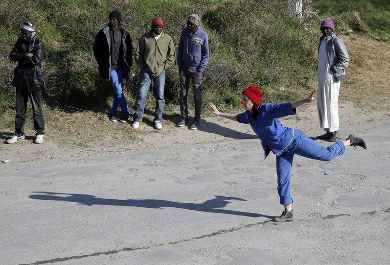 Een clown van Clowns Without Borders probeert migranten te vermaken in een geïmproviseerd kamp in de Franse plaats Calais. Beeld Francois Mori / AP