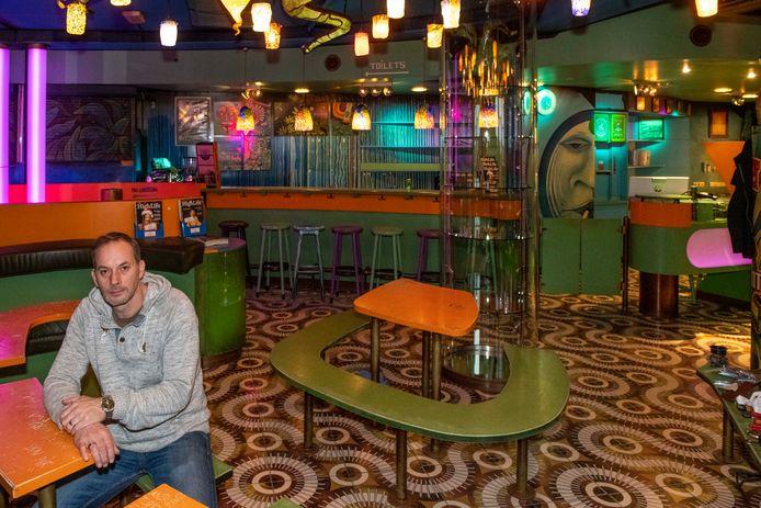 Dimitri Breeuwer van Cannawijzer, hier in een coffeeshop in Terneuzen, ziet wel brood in een voortzetting van Xpresso in Zwijndrecht.