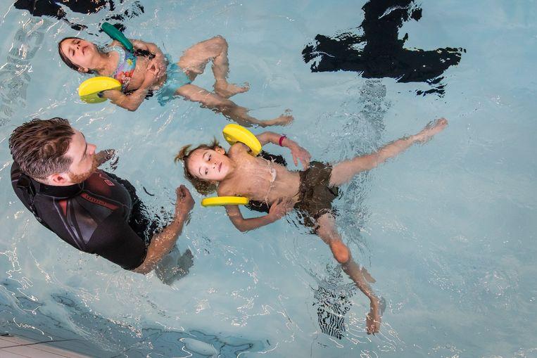 Raf (6) krijgt aanwijzingen in het zwembad van Het Sporthuis Abcoude; in vijf maanden kan hij zijn A-diploma halen. Beeld Dingena Mol