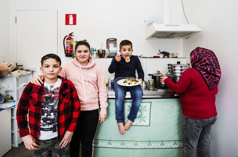 Het gezin Yacobi maakt mantoe. Van links af: Mugtaba, Rehana, Mustafa en moeder Narges. Beeld Eva Plevier