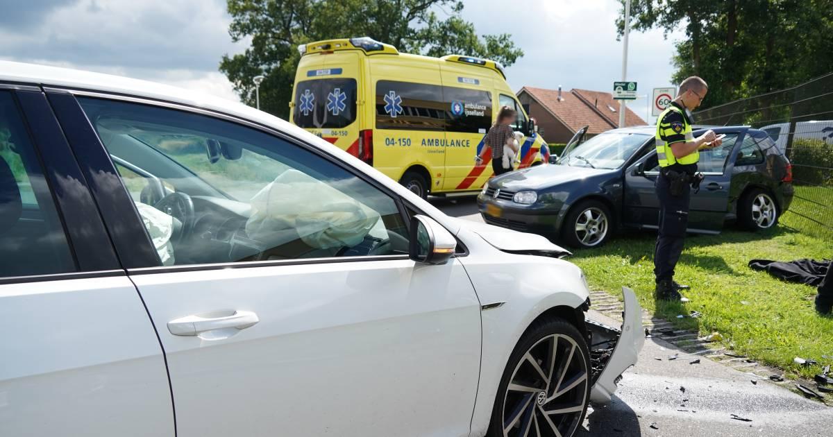 Gewonde bij ongeluk met twee autos op kruising bij Wierden.