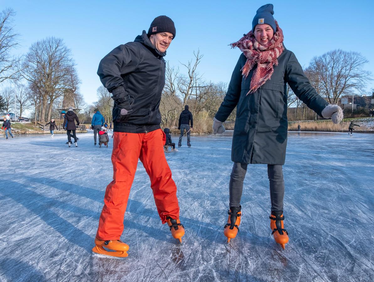 Michel van de Linde en Daphne den Dekker-Schrier voegden zich zaterdag bij de vele schaatsers op de vesten rond het Middelburgse bolwerk. Op de oranje schaatsen van Zeeland houdt van Schaatsen.