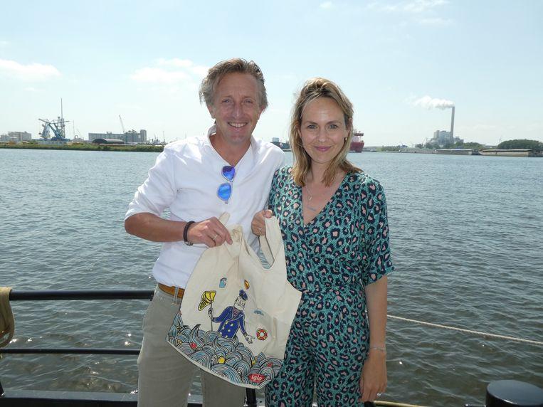 """Iglo-baas Niels Bontje en Josselin Bijl, de ontwerper van de jutterstas. Bontje: """"Zie je plastic op straat, ga dat dan jutten."""" Beeld Schuim"""