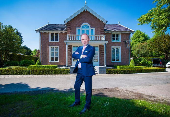 Jonald Bouwhuis, voor het kantoor van de Bouwhuis Groep aan de Loolaan in Apeldoorn, op een steenworp afstand van paleis Het Loo.
