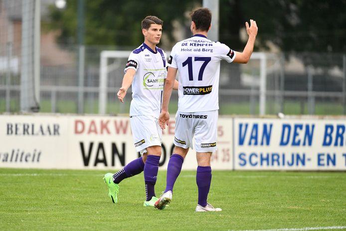 Jesse Claessens en Cedric Volkaerts vieren het enige doelpunt van de wedstrijd, goed voor de kwalificatie.