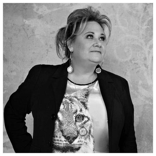 """Karin Welsing: ,,Ik heb al drie jaar geen nieuwe single gemaakt, maar het blijft lopen."""""""