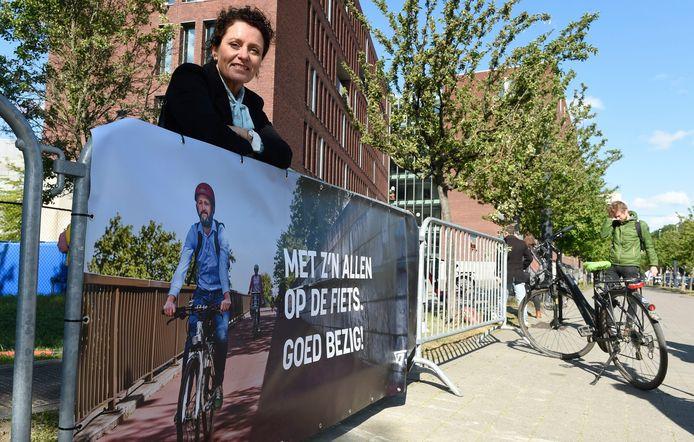 Minister Lydia Peeters moedigt de fietsers aan vooral te blijven fietsen -