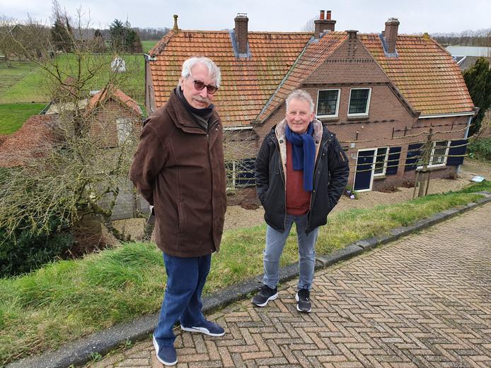Joop van Vliet (links) en Gerard Groenenberg voor het huis waar Van Vliet senior in de Tweede Wereldoorlog ondergedoken zat.
