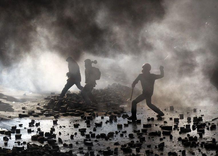 Demonstranten vechten tegen de oproerpolitie in Kiev. Beeld afp