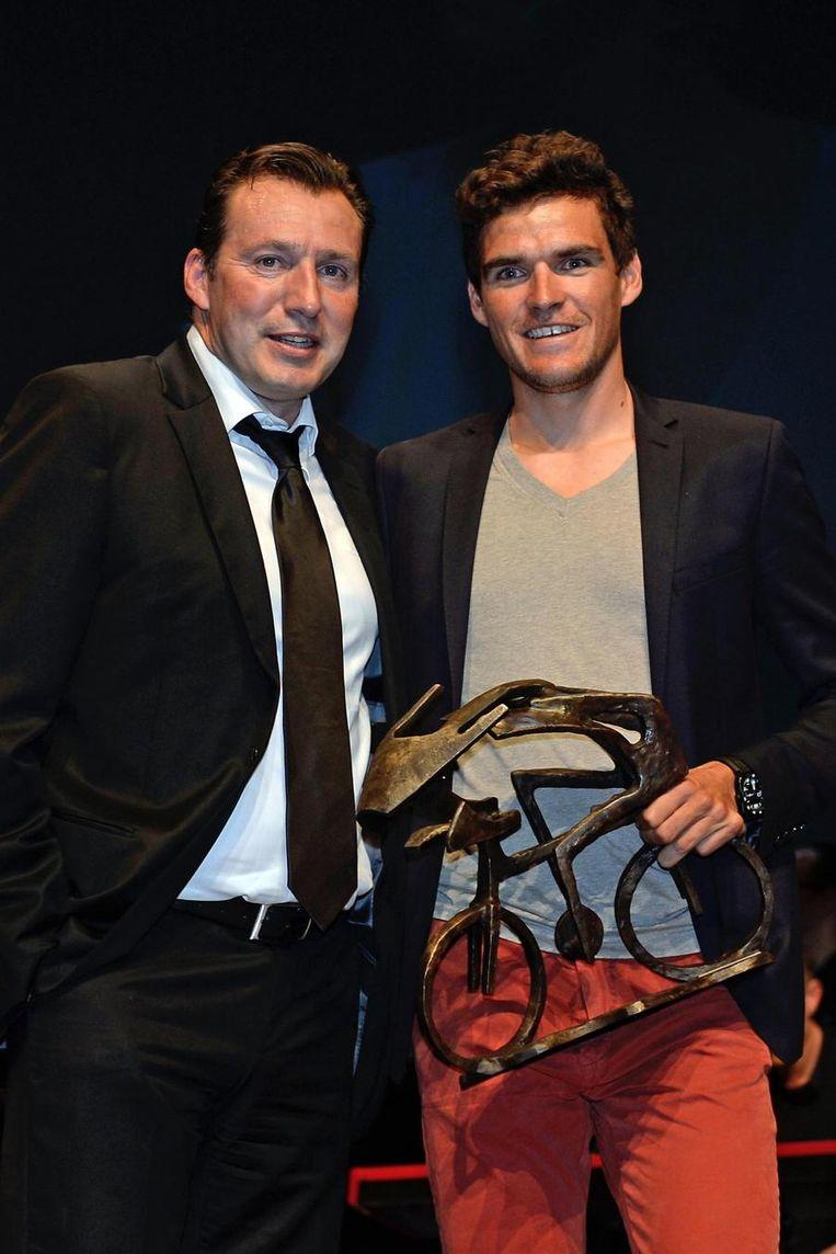 Van Avermaet kreeg de trofee uit handen van Marc Wilmots. Beeld PHOTO_NEWS