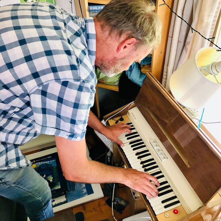Achter zijn Organa-orgeltje.  Beeld Margriet Oostveen