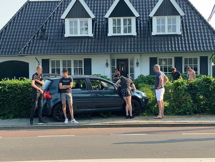 De auto is in de voortuin van een huis aan de Loostraat in Huissen beland.