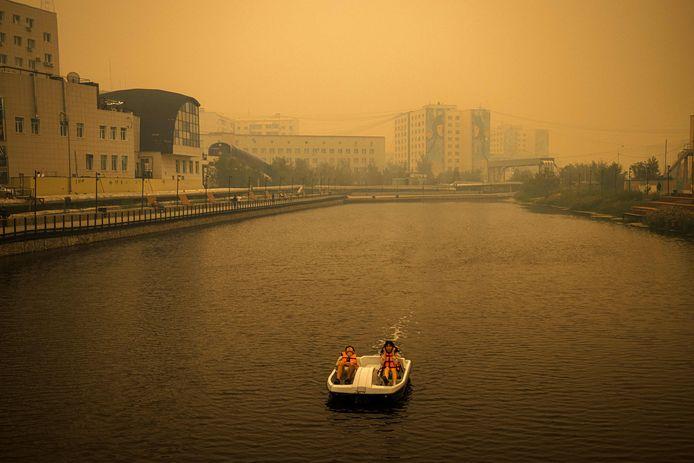 Vakantie in Siberië waar de stad Jakoetsk wordt geplaagd door rook van de bosbranden in Siberië.