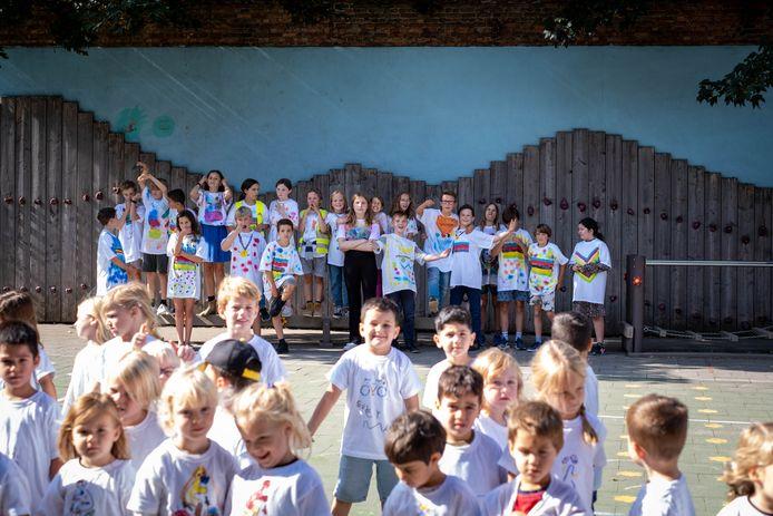 MECHELEN De leerlingen van De Luchtballon tonen hun WK-wielershirts