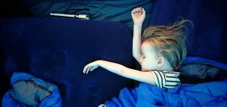Warm, ander bed en vreemde geluiden: zo slaapt je kind goed op vakantie