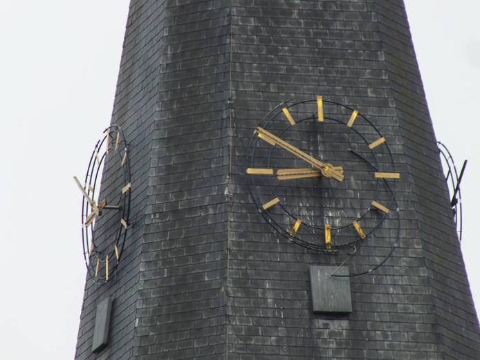 De verlichting van de kerkklok van de H. Georgiuskerk van Kruisland wordt waarschijnlijk in november gerepareerd. foto jac de bruijn