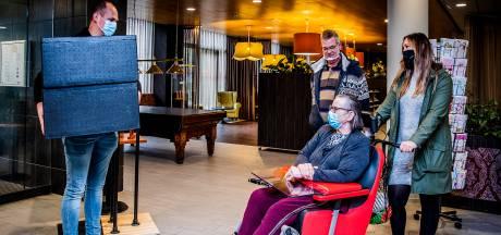 Marian (63) lijdt extra onder corona, en krijgt daarom een gratis driegangendiner: 'Geweldige verrassing'