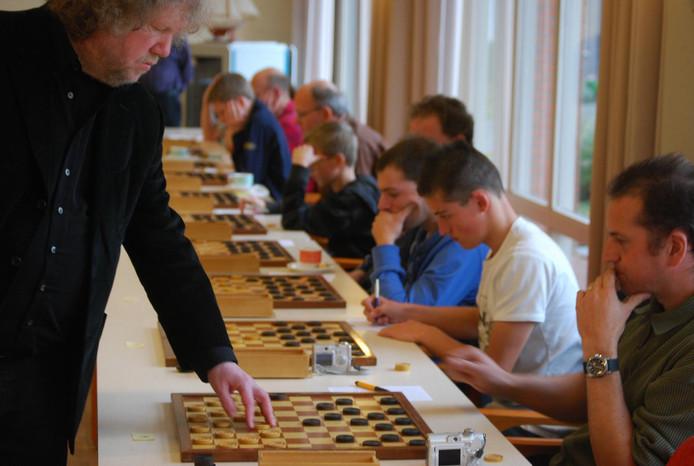 Ton Sijbrands (links) komt in Apeldoorn een simultaan spelen.