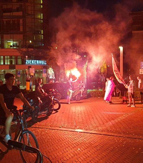 Twentse fans vieren feest op straat na winst Oranje: zwaar vuurwerk en gooien met flessen in Enschede
