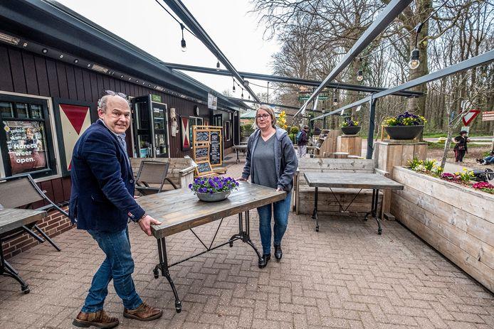 Richard Meeussen (links) is samen met Denise Ambrosius het terras van Herberg Restaurant 't Zwaantje weer aan het opbouwen. Vanaf volgende week mogen ze open na coronasluiting.