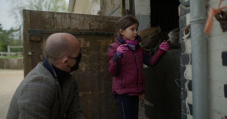 In 'Voor de aftrap' zien we hoe Roberto Martínez zijn dochter Luella naar de manège brengt. Beeld VRT