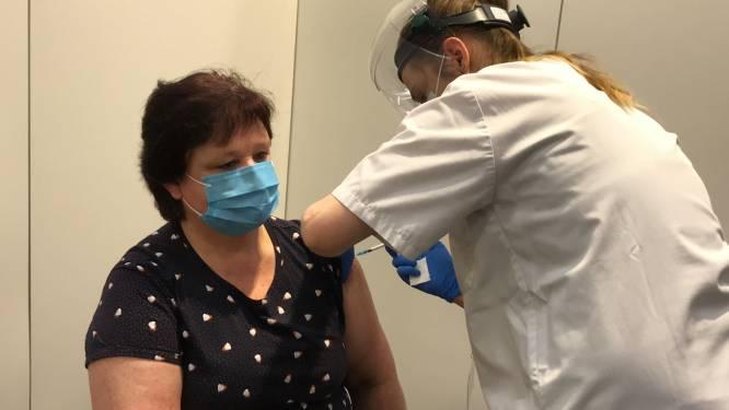 """Vaccinaties van start in vaccinatiecentrum, Conny (55) kreeg eerste prik: """"Ik hoop dat de rest van de bevolking mijn voorbeeld volgt"""""""