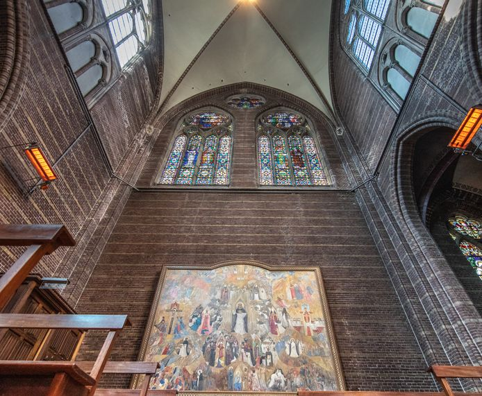 Broeder Raymond van Bergen werd gepasseerd voor kunstwerk Triomf (onder). Hij maakte daarop een glas-in-loodraam (boven) dat eveneens veel aandacht van de kerkbezoekers opslokt.