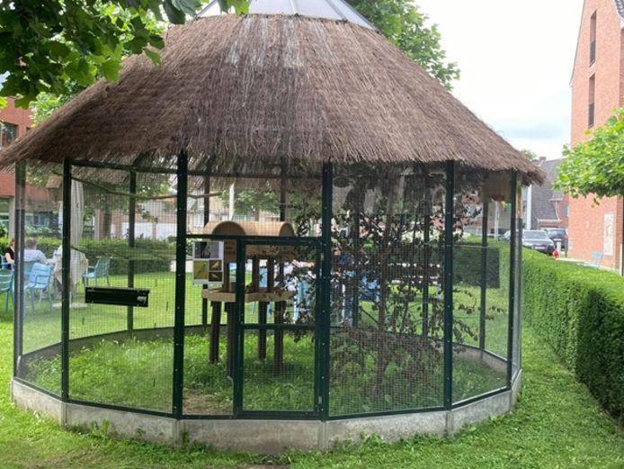 De volière staat weer in de tuin van het woonzorgcentrum in Torhout.