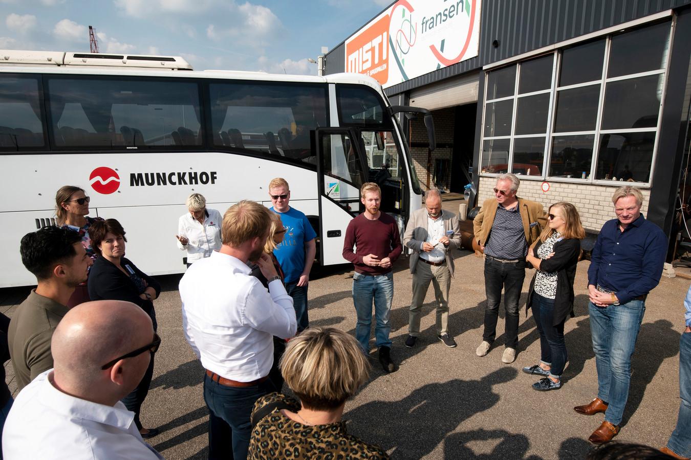 Busreis van gemeenteraadsleden langs 'rotte plekken' op de bedrijventerreinen van Arnhem. Een rondleiding in 2018.