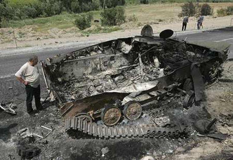 Een uitgebrand Georgisch militair voertuig. Foto AP/Sergei Grits Beeld