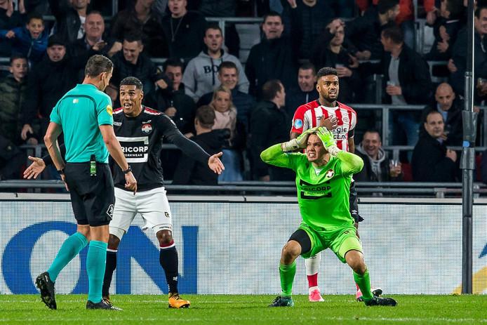 Willem II-keeper Timon Wellenreuther verbaast zich over zijn gele kaart en de penalty.