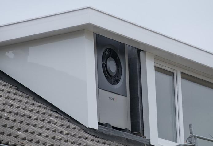 De warmtepomp is in een nis in de dakkapel geplaatst van een woning in Middelburg.