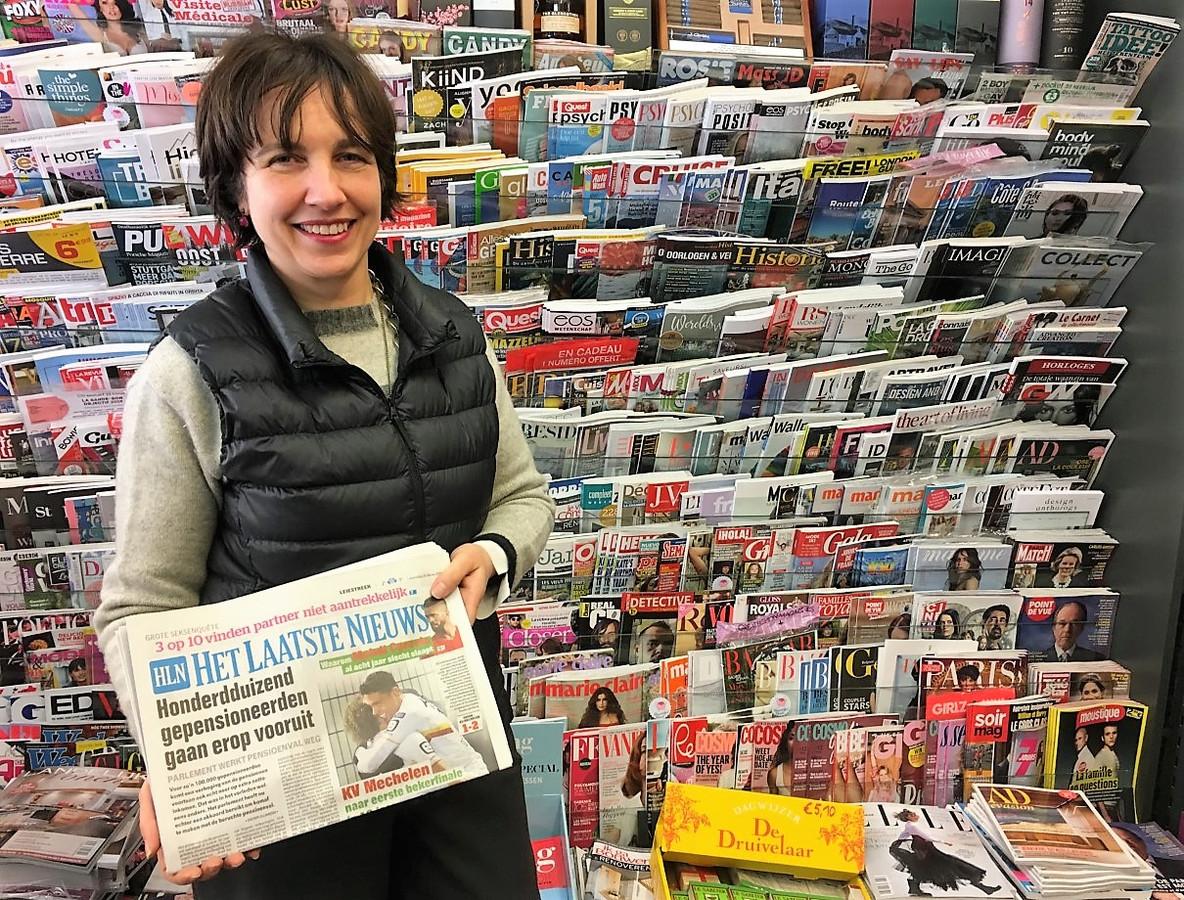 Valerie Descamps van dagbladhandel en slijterij Descamps in de Leiestraat verkoopt vandaag meer kranten dan normaal.