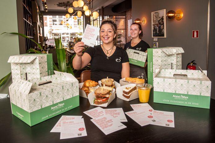 De Bredase lunchzaak Anne & Max heeft al veel bestellingen binnen voor de moederdag-ontbijtbox vol biologische producten. Dirkje Bezemer (vooraan) en haar collega Lara Woudenberg zijn er blij mee.