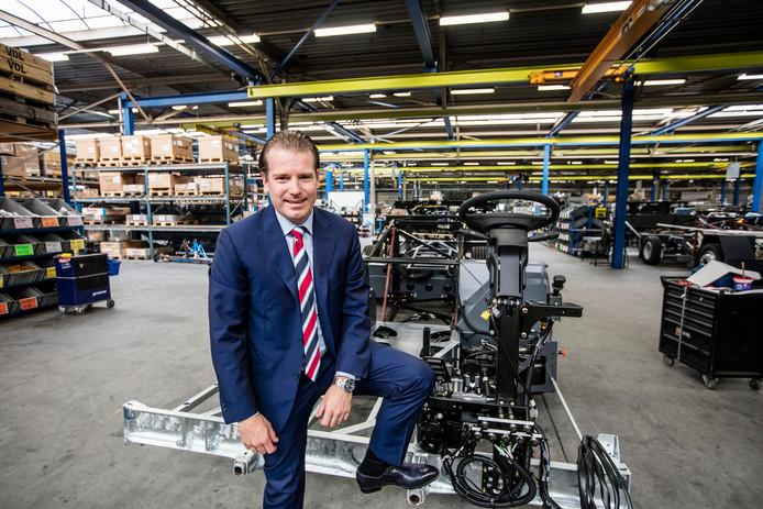 Willem van der Leegte in de fabriek waar chassis worden gemaakt.