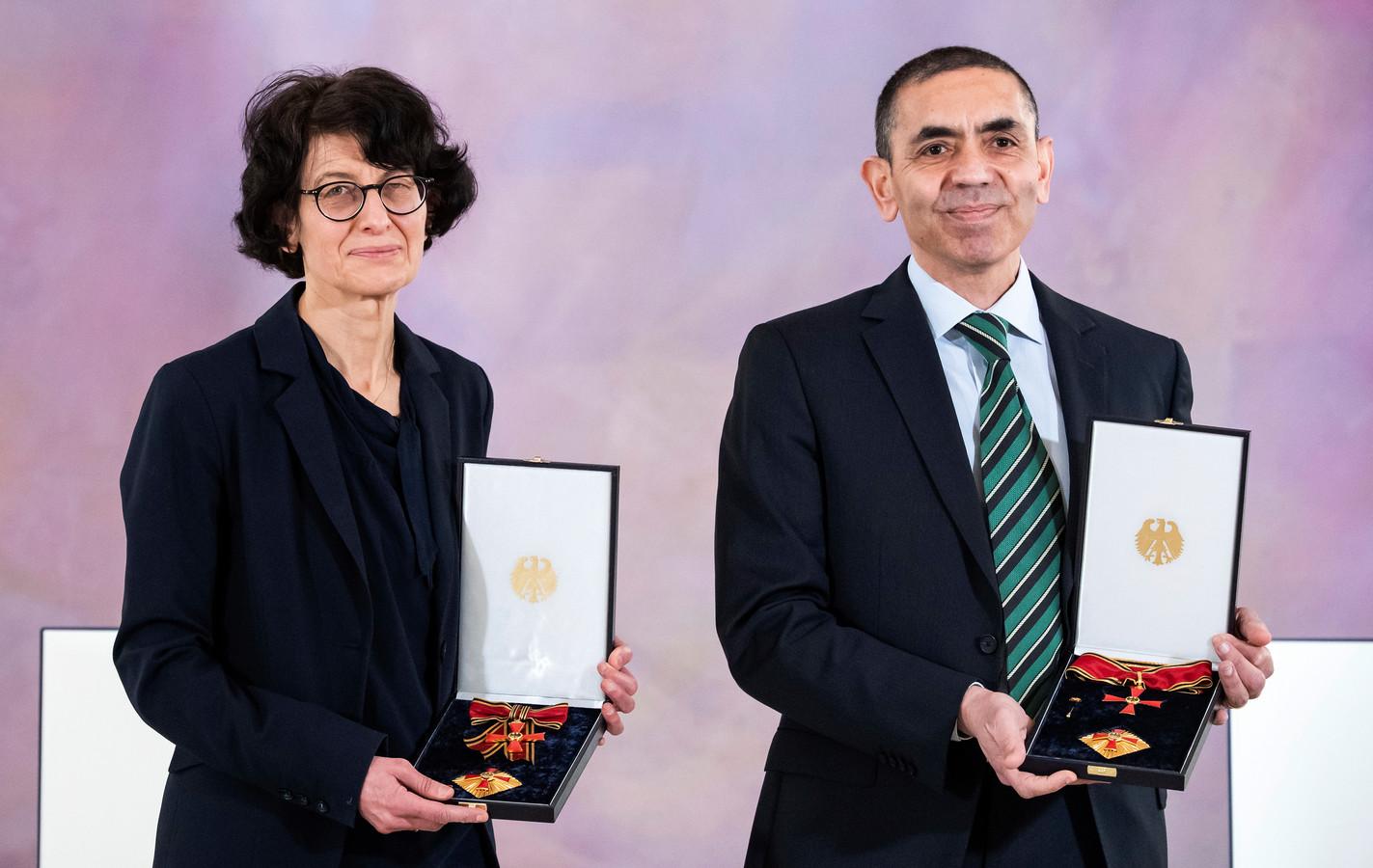 BioNTech-oprichters Ugur Sahin en Özlem Türeci kregen in maart 2021 de Orde van Verdienste van de Bondsrepubliek Duitsland.