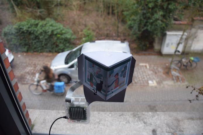 De Telraam-apparatuur bestaat uit een kleine, in lage-resolutie filmende en tegen het raam bevestigde camera die gebruikt wordt om het aantal voetgangers, fietsers, auto's en vrachtwagens te tellen, maar zonder die beelden door te sturen.