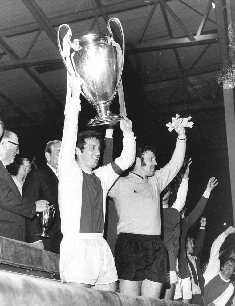 Aanvoerder van Ajax Velibor Vasovic met de Europa Cup 1 in 1971, waar Grijzenhout als assistent-trainer bij was. Beeld Hollandse Hoogte / European Press Agency (EPA)