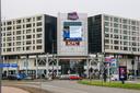 Sinds vanmorgen zijn de foto's van de relschoppers op grote schermen te zien, zoals hier bij winkelcentrum Zuidplein.