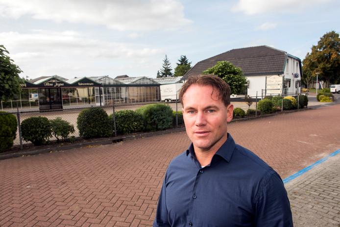 John Middelkamp voor het terrein van het voormalig tuincentrum waar enkele tientallen woningen kunnen komen.