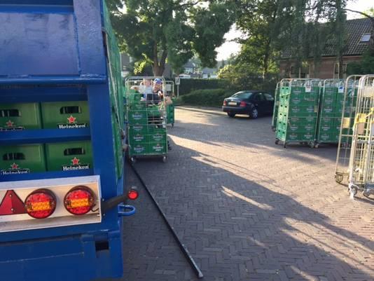 Aan de achterkant van de supermarkt werden de kratten overgeheveld naar containers.