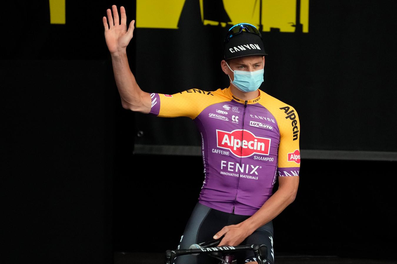 Mathieu van der Poel in het speciale shirt van Alpecin-Fenix tijdens de ploegenpresentatie in Brest.