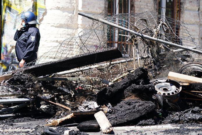 La police avait préparé une opération de grande envergure et bloqué la zone mercredi après-midi. Selon les premières estimations de la police, ils ont été attaqués par quelque 200 émeutiers au visage dissimulé. Des barricades avaient également été érigées et incendiées à trois endroits de la rue en question, Rigaer Strasse.