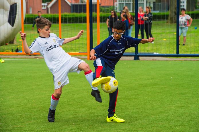 Club Meander  in wit shirt versus Boschveld Boys tijdens de landelijke kwartfinales 6x6.